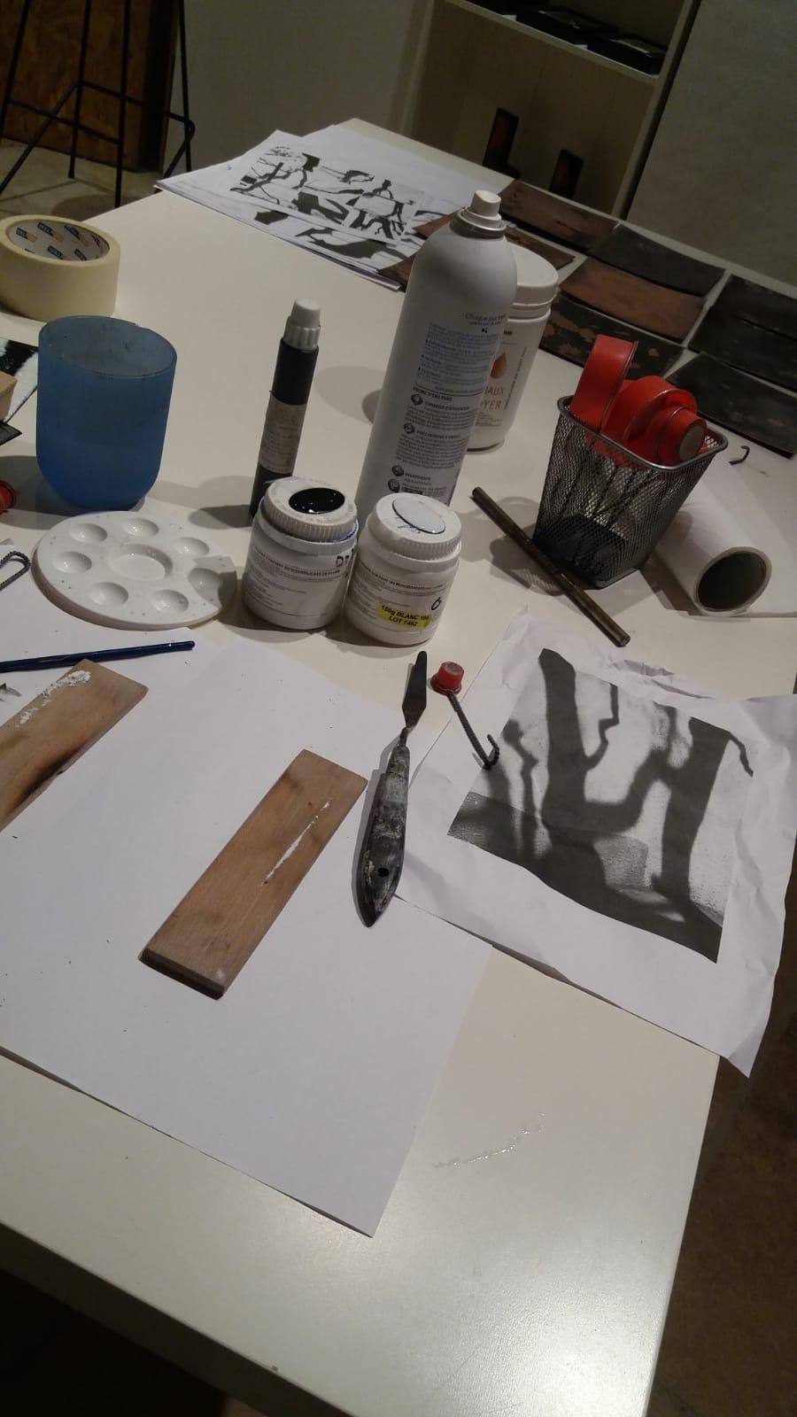 gros plan sur les outils d'émailleur à l'atelier