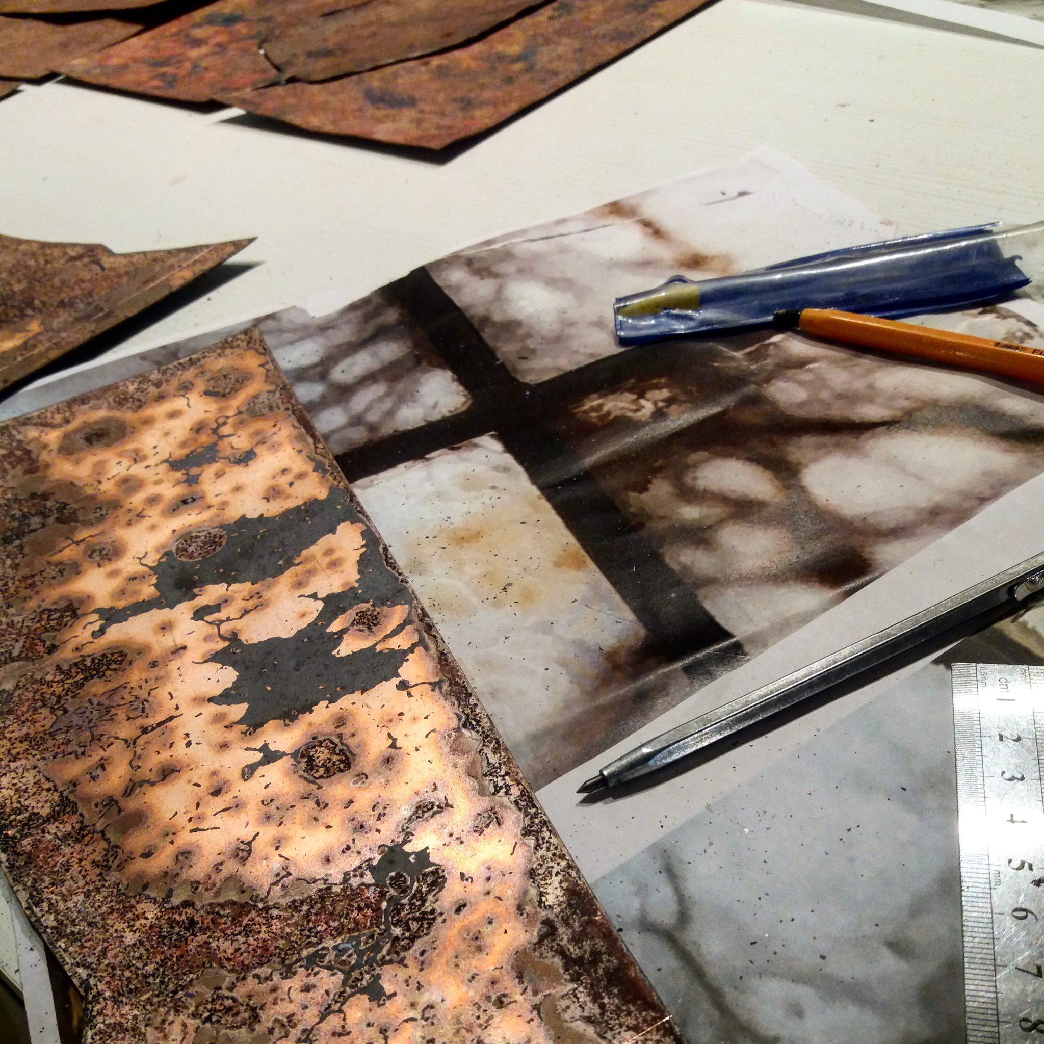 Exposition Dialogue - préparation de la plaque de cuivre pour la création émaillée représentant la photo de la fenêtre