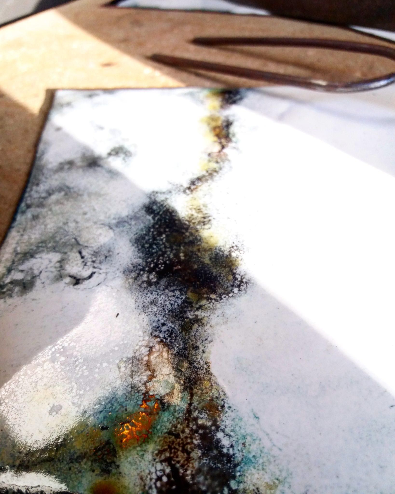 Exposition Dialogue - autre détail d'une partie émaillée de la fenêtre _ lueurs d'ocre et de verts à travers le blanc et noir nées des oxydations du cuivre