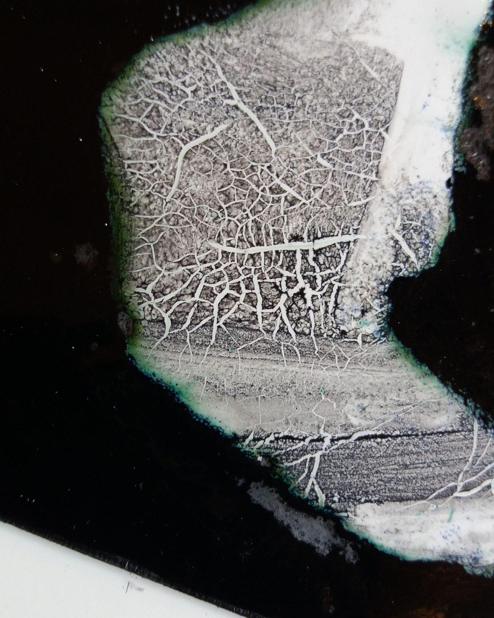 gros plan sur un détail émaillé du tableau d'une ombre