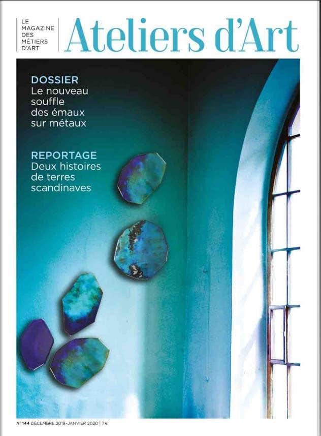 Couverture du magazine des Ateliers d'Art de France de janvier 2020 – Influences et tendances déco 2020 -composition murale bleue émaillée signé Anne de La Forge