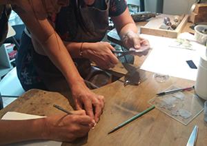 Créations émaillées à plusieurs mains au cours d' ateliers découvertes d'émaux sur cuivre. découpage et dessin des pièces de cuivre avant la vitrification