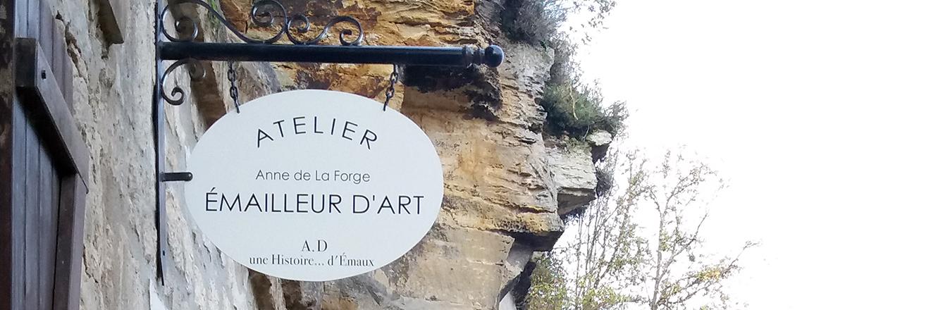Enseigne extérieure de l'atelier d'émaux d'art situé à l'entrée du village troglodyte de Gouvieux