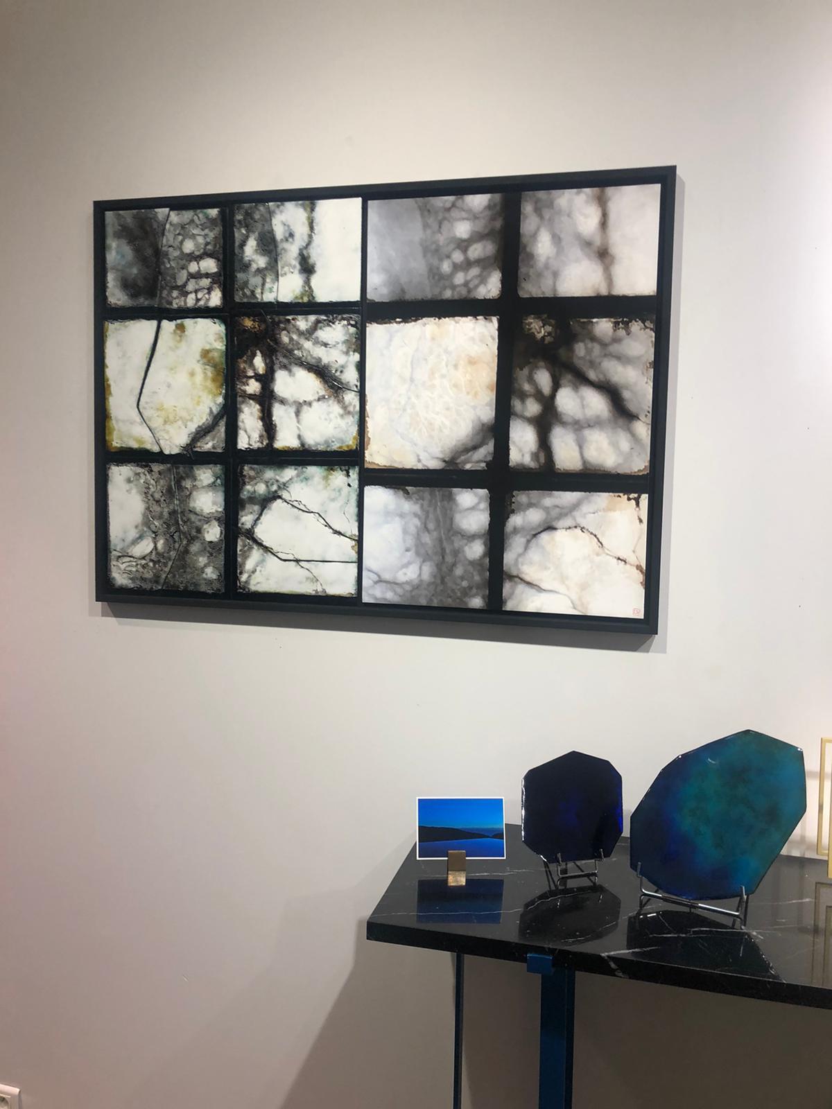 Exposition Dialogue à la galerie - tableau La fenêtre avec à gauche la version émaillée et à droite la photo .