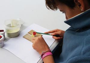 Ateliers découvertes pour les enfants de 7 à 12 ans . émaillage d'une ^pièce par la technique du saupoudrage
