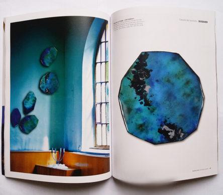 Double-pages du magazine des Ateliers d'Art de France de janvier 2020 – Composition murale bleue émaillée, ARCHIPEL, et détail sur une pièce Lady. L'ensemble signé Anne de La Forge