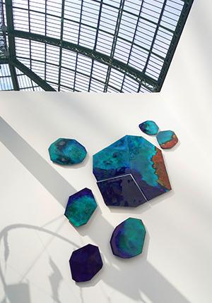 Exposition au salon Révélations au Grand Palais à Paris - Reflets du dôme sur la composition murale Archipel - Émaux joailliers sur cuivre - Paris